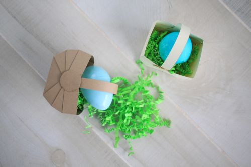 Easy and Quick little baskets! Tutorial has a free Silhouette Cutting file, SVG and printable template to make as many as you want! Good for Easter, or babyshower, or wedding favors | saynotsweetanne