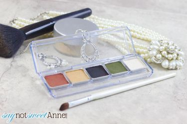 Easy DIY Mineral Eyeshadow Compact. Make your perfect color blend without fillers or perfumes! | Saynotsweetanne.com | #diy #makeup #beauty #style