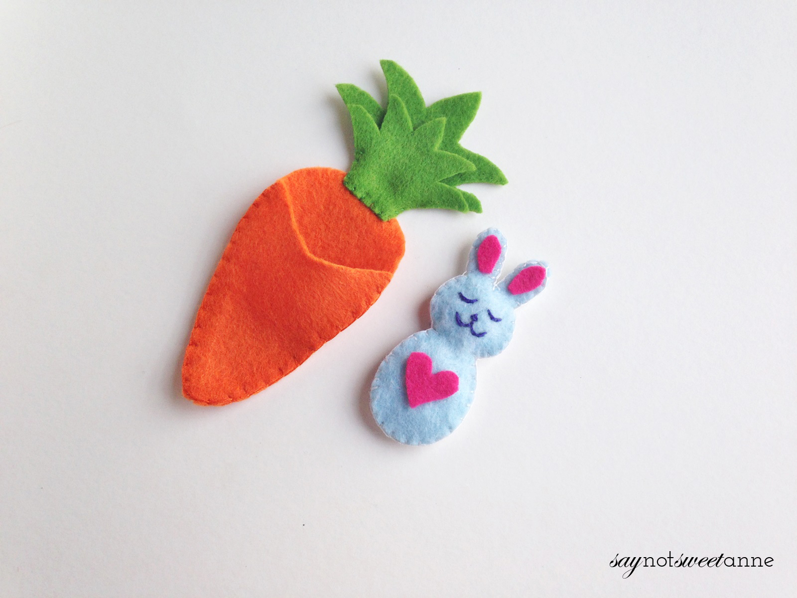 Celebrate spring and Easter with this adorable Happy Bunny! This easy felt craft is great for beginning crafters, and would make a cute basket stuffer! | saynotsweetanne.com (9) copy