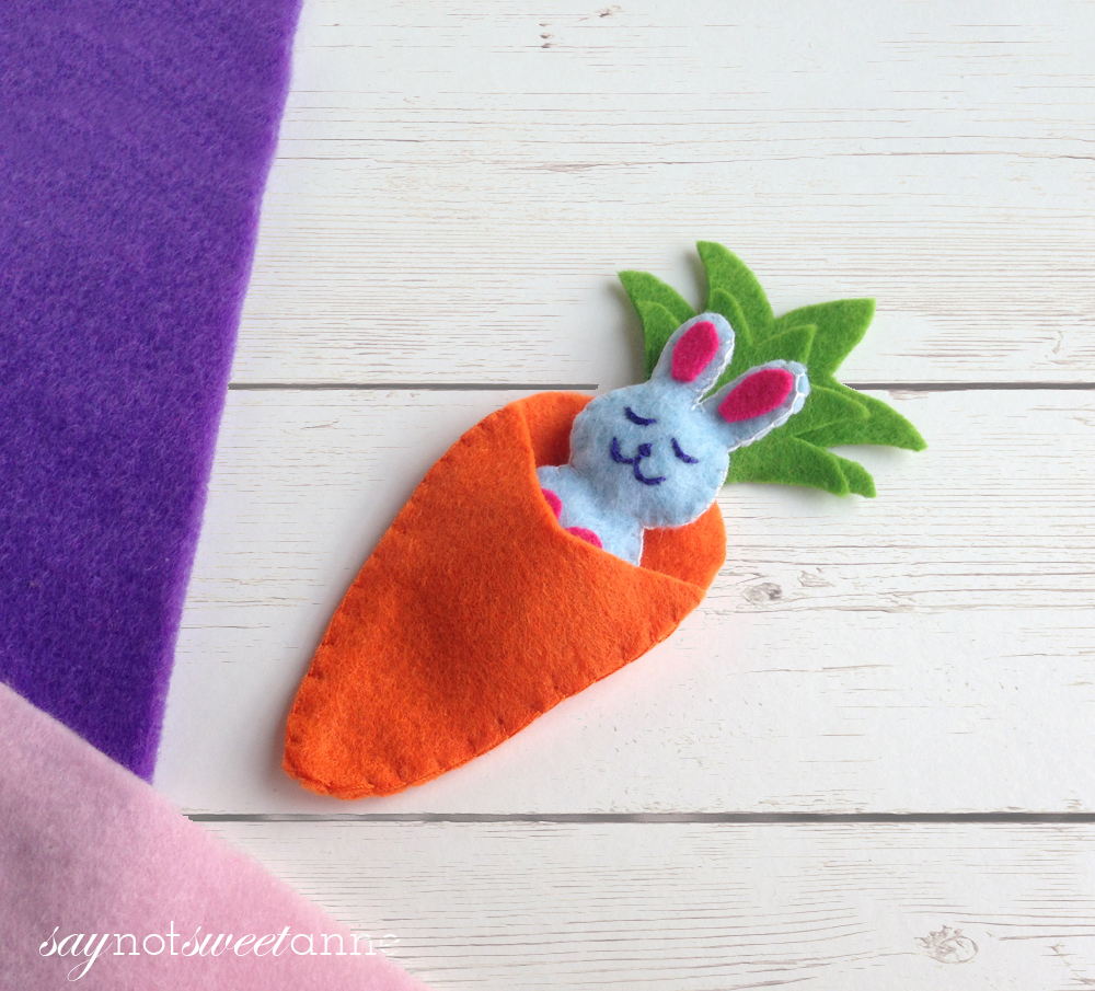 Celebrate spring and Easter with this adorable Happy Bunny! This easy felt craft is great for beginning crafters, and would make a cute basket stuffer! | saynotsweetanne.com