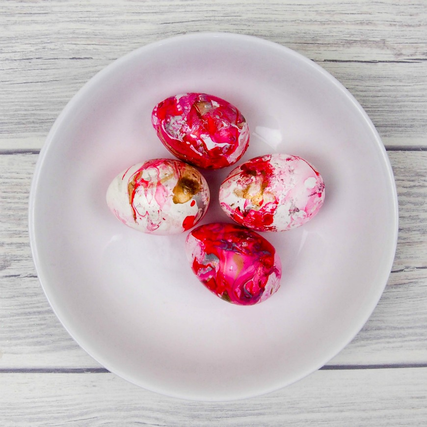 Marbled Eggs by Mum in the Mad House - 20 Bright and Colorful Easter Egg ideas at saynotsweetanne.com!